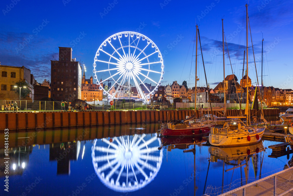 Fototapety, obrazy: Ferris wheel in the old town of Gdansk at night.