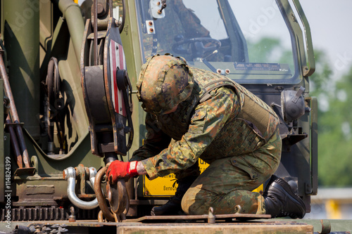 Foto  Soldat arbeitet an einem Kran