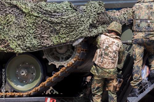 Soldat repariert einen Panzer Canvas
