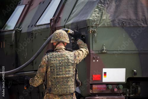 Soldat betankt gepanzertes Fahrzeug Canvas