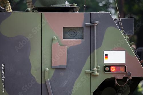Foto  Smiley auf gepanzertem Fahrzeug