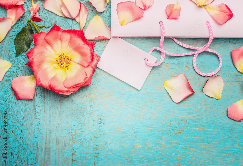 Foto-Lamellen (Lamellen ohne Schiene) - Pink pale shopping bag with rosa flowers and petal on blue turquoise shabby chic background, top view, place for text, border. Summer sale