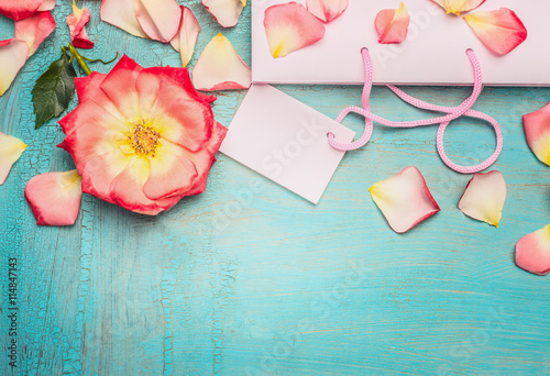 Foto-Tapete - Pink pale shopping bag with rosa flowers and petal on blue turquoise shabby chic background, top view, place for text, border. Summer sale