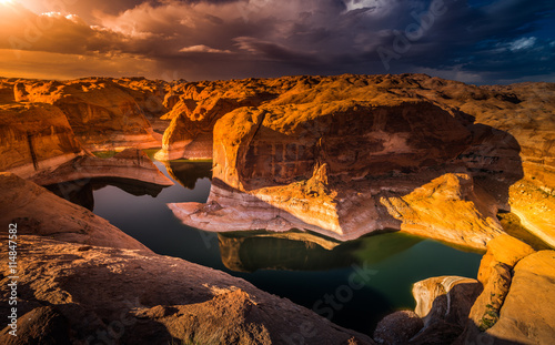 mata magnetyczna Reflection Canyon Lake Powell Utah