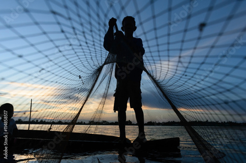 Photo  Traditional Asian fishermen throwing net fishing in the river at sunset time