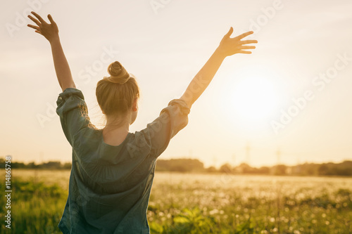 Fotografija female teen girl stand feel freedom with arms stretched to the sky