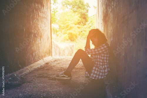Fotografía  sad woman hug her knee and cry feeling so bad,loneliness,sadness