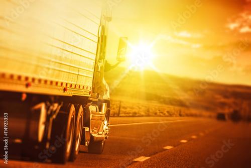 Fototapeta Nowoczesne Semi Truck w ruchu