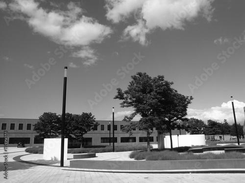 Fotografie, Obraz  Modern angelegter Platz mit Verwaltungsbauten im Gewerbegebiet in Wetzlar an der