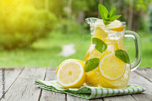 Fotografía  Lemonade with lemon, mint and ice