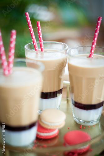fototapeta na drzwi i meble Mrożona kawa z musem truskawkowym