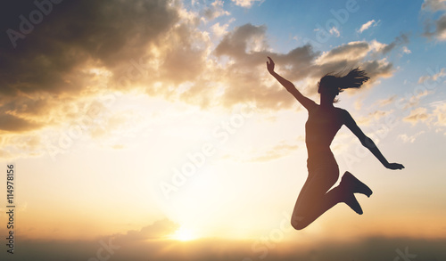 Photo  Young woman enjoying outdoors, sky background