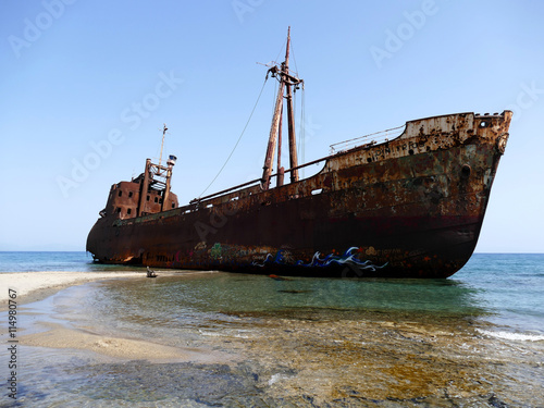 In de dag Schip Dimitrios shipwreck at Selinitsa beach near Gytheio, Greece
