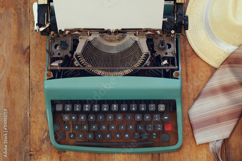 Keuken foto achterwand Retro vintage typewriter with blank page on wooden table