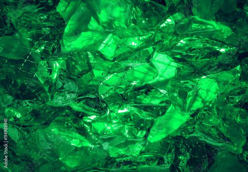 Photo Ultramarine background of shiny-crystal stones lit mysterious gl