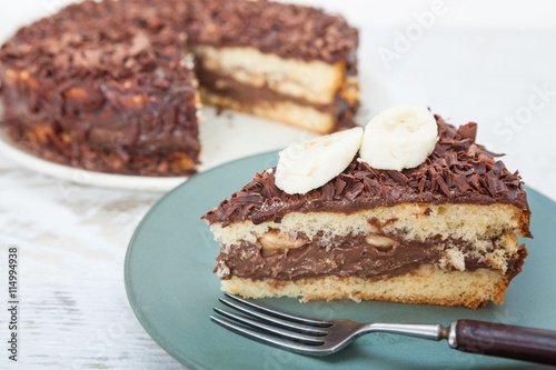 fototapeta na lodówkę Chocolate cake with fresh banana