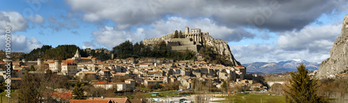 Panoramic view of Sisteron rooftops and the Citadel in summer light with clouds Poster Mural XXL