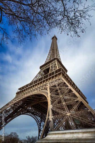 Foto  Low angle view Eiffel Tower and passing clouds, Paris, France
