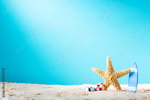 Photo  Summer theme with starfish and surfboard