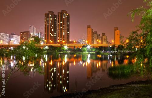 Zdjęcie XXL Sungdong Lake Park w godzinach wieczornych. Bucheon, Korea Południowa
