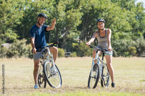 Retired couple cycling Tablou Canvas
