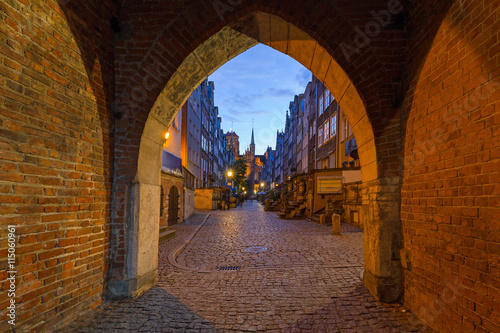 obraz PCV Gate to the Mariacka (St. Mary) street in Gdansk at night, Poland