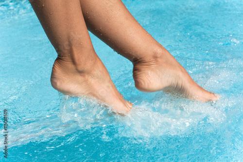 Fotografia, Obraz  pieds de femme dans une piscine