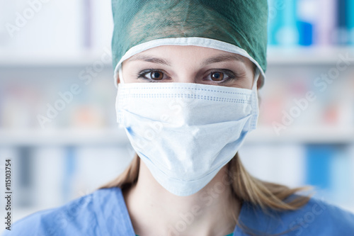 Cuadros en Lienzo Female surgeon with cap and surgical mask