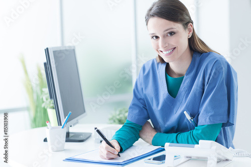 Photo  Female doctor at the reception desk