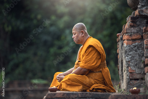 Foto Buddhist monk meditation in temple