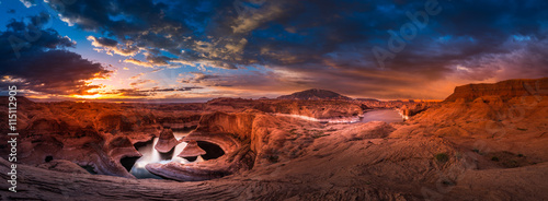 In de dag Diepbruine Reflection Canyon and Navajo Mountain at Sunrise Panorama