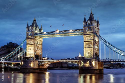 london-tower-bridge-slynny-most-na-tle-niebieskiego-wieczornego-nieba