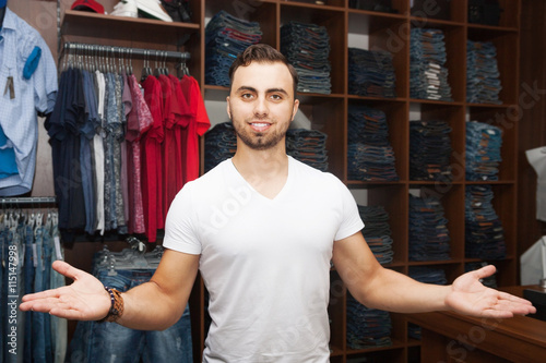 Photographie  guy in a clothing store