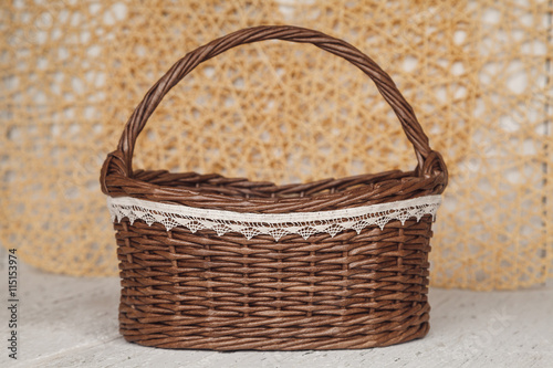 Photo  Empty wicker brown basket  for fruit and bread in cousy backgrou