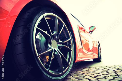 tyl-czerwonego-samochodu