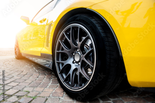 Fotomural Trasera de un coche deportivo amarillo