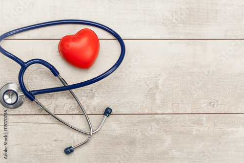 In de dag Hert Stethoscope with red heart on a wood background