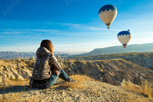 Photo  lonely traveler looking into the Cappadocia