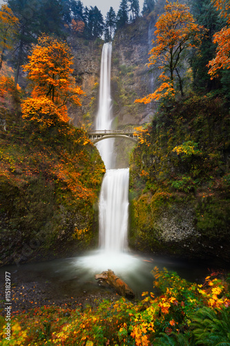 Poster Watervallen Multnomah Falls in Autumn colors