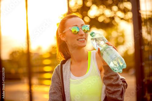 Fotografie, Obraz  Frau hat durst beim Sport