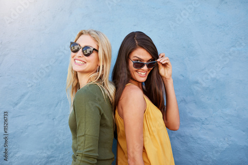 obraz dibond Happy young female friends standing together