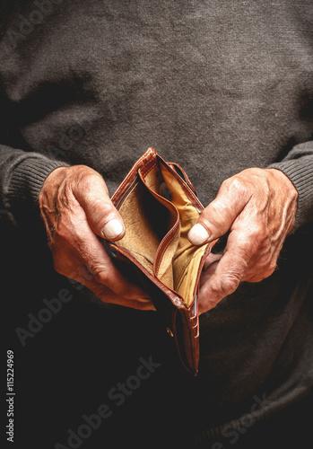 Foto Leere Geldbörse in den Händen eines älteren Mannes