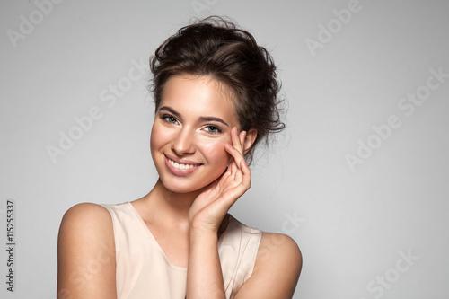 Fotografie, Obraz  Portrét mladé ženy s dokonalou pleť čistou s přírodním make-upu