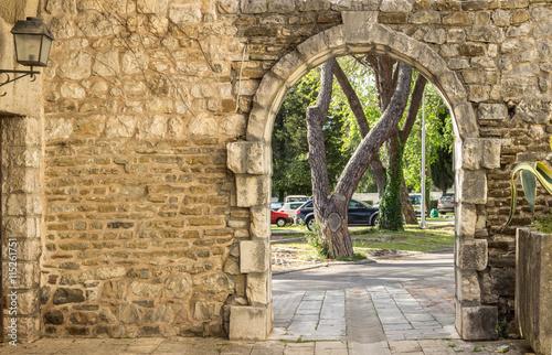 Fotografie, Obraz  Вход во двор средневековой крепости в историческом городе Тиват, Черногория,2016