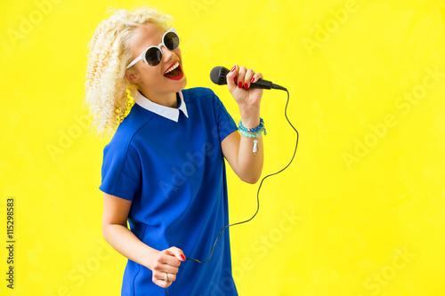 Fotomural Mujer que canta y usando el micrófono