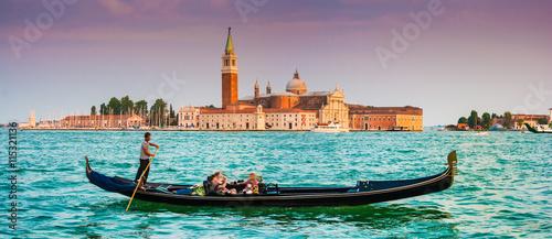 Foto op Plexiglas Venetie Gondola with San Giorgio Maggiore at sunset, Venice, Italy
