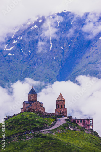 Spoed Foto op Canvas Bedehuis Gergeti Trinity Church in the mountains of the Caucasus