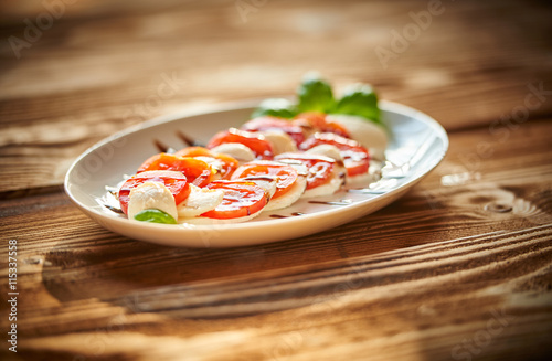 Recess Fitting Appetizer Vorspeise, Tomate, Mozzarella, Basilikum, Balsamico, Soße, Holztisch, Italien, Italiener