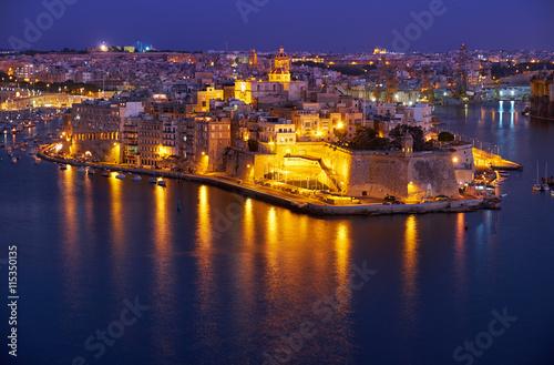 Foto op Plexiglas Oranje The night view of Senglea peninsula from Valletta, Malta