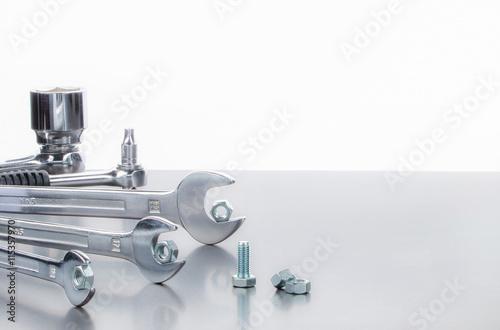 Zdjęcie XXL Klucze ze stali nierdzewnej, dwustronne grzechotki, nakrętki i śruby, zbliżenie